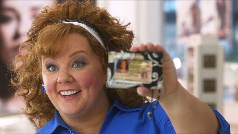 """Od roli roztargnionej kucharki w serialu """"Kochane kłopoty"""", przez postać walczącej z nadwagą nauczycielki w sitcomie """"Mike i Molly"""", aż po przełomowy występ na dużym ekranie jako miłośniczka zapasów o wyjątkowo rozbuchanym libido w komedii """"Druhny"""" – tymi rolami Melissa McCarthy zdobyła uwielbienie widzów i uznanie krytyków na całym świecie. Wisienką na torcie w jej dotychczasowej karierze jest tytuł najlepszej aktorki komediowej dekady, jaki przyznał jej portal filmowy IMDb (Internet Movie Database)"""