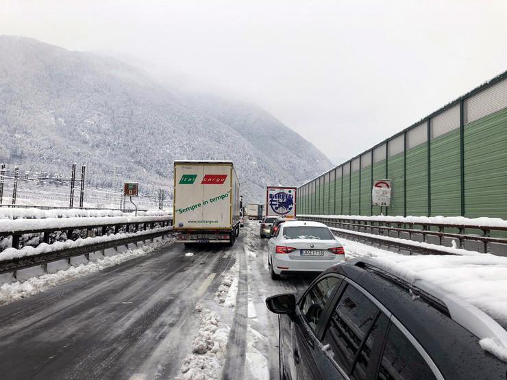 Kolona Duga 16 Kilometara Sneg Blokirao Hiljade Vozila Na