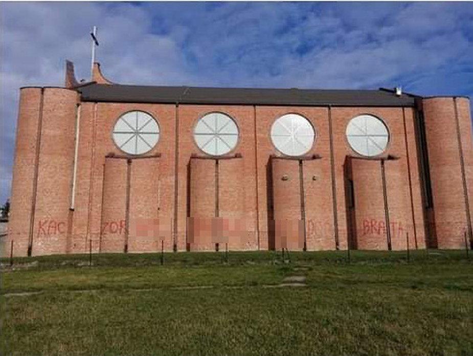 Kościół pw. Przenajświętszej Trójcy przy Parku Podolskim na łódzkiej Dąbrowie z wulgarnym napisem