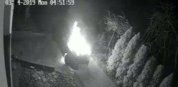 Podpalił samochód, omal nie zginął. Zobacz nagranie