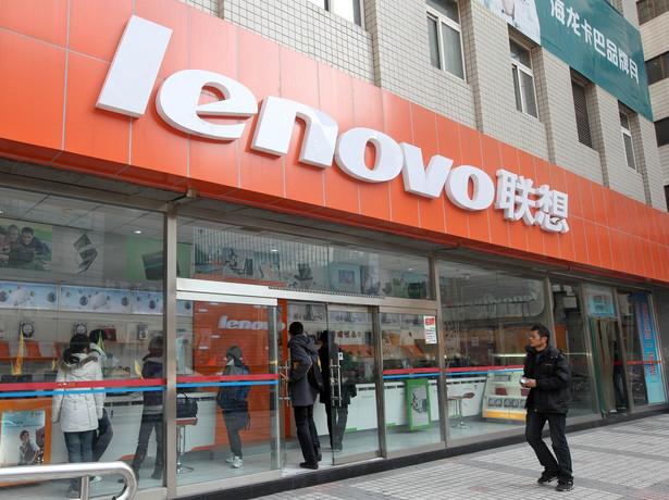 """Lenovo Group, największy producent komputerów osobistych w Chinach oświadczył, ze będzie przywiązywał """"szczególną uwagę"""" do dalszego rozwoju LePadów i LePhone'ów, które stanowią odpowiedź firmy na iPada i iPhone'a amerykańskiego koncernu Apple. Nz. Sklep Lenovo w Pekinie"""