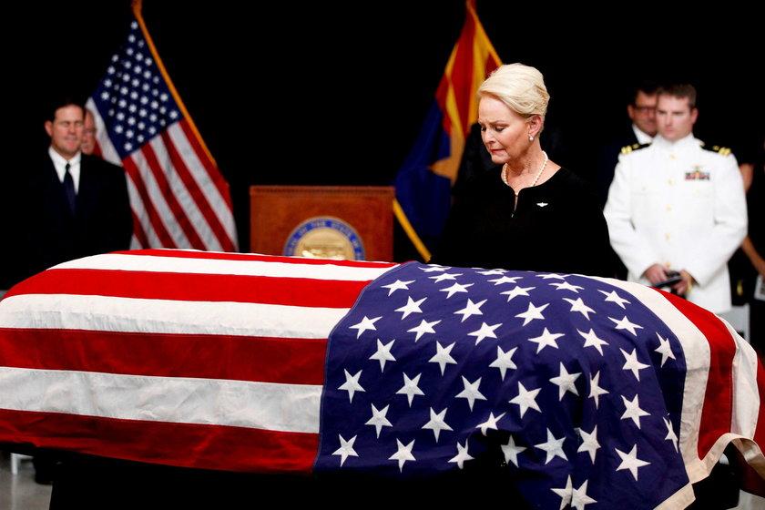 Rodzina żegna Johna McCaina. Córka zalana łzami