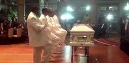 Tańce i śpiewy z trumną na pogrzebie!
