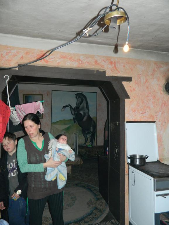 Mali Čongor se snašao i porodici pomoću akumulatora i sijalice za automobil omogućio slabo osvetljenje