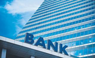 Firmy niechętnie zaciągają kredyty, a banki niechętnie dają