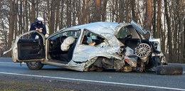 Przerażający wypadek! Siła uderzenia wyrzuciła kierowcę z auta
