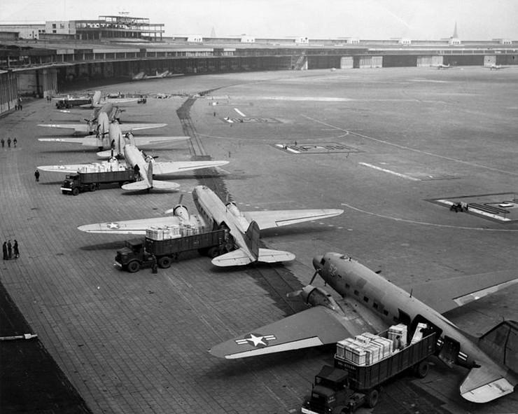 751px-C-47s_at_Tempelhof_Airport_Berlin_1948