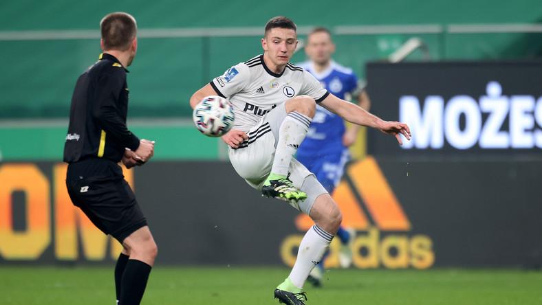 Zawodnik Legii Warszawa Bartosz Slisz (C) podczas meczu 14. kolejki piłkarskiej Ekstraklasy ze Stalą Mielec