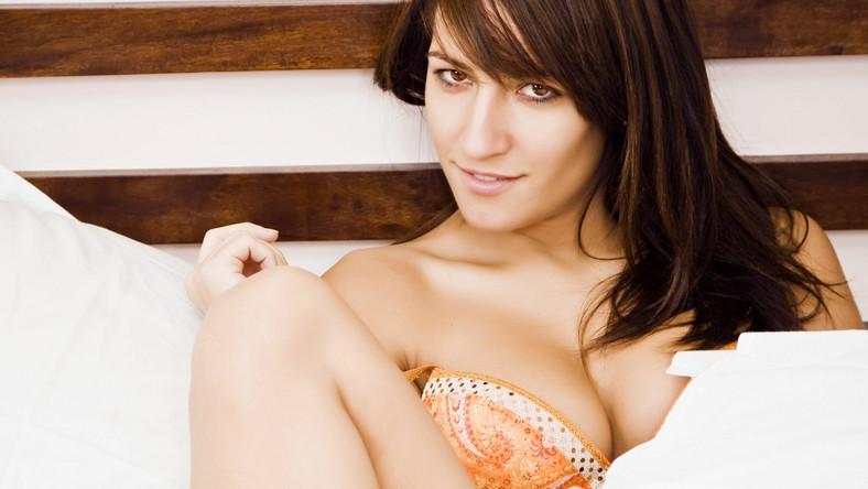Tylko 1 na 5 kobiet przyznaje, że jej ostatni orgazm pojawił się w momencie penetracji. Ankiety przeprowadzone przez australijskich seksuologów na 19 tys. respondentów nie pozostawiają złudzeń: młode kobiety chcą seksu oralnego. Tego rodzaju stymulacja kończy się orgazmem dla ponad 90 procent pań!