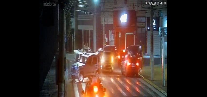 Wstrząsające sceny napadu na bank. Przywiązali zakładników do samochodów i użyli ich jako ludzkich tarcz [WIDEO]