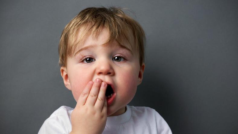 Dziecko zakrywa usta