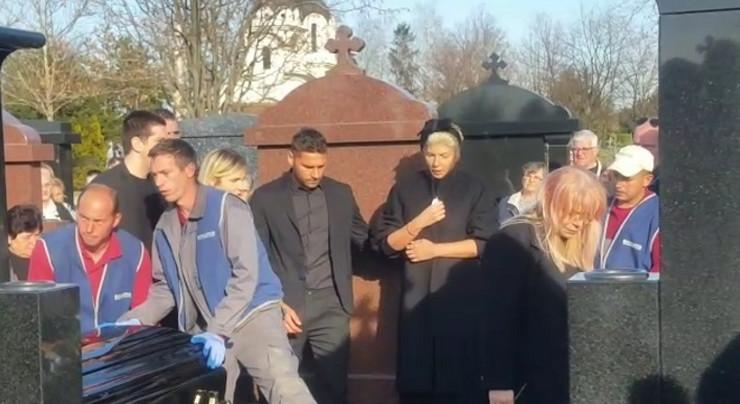 """""""KAKO MOŽE TAKVA ŽENA DA NAPUSTI SVET"""" Potresne reči na sahrani Divne Karleuše, Jelena jedva stoji na nogama"""