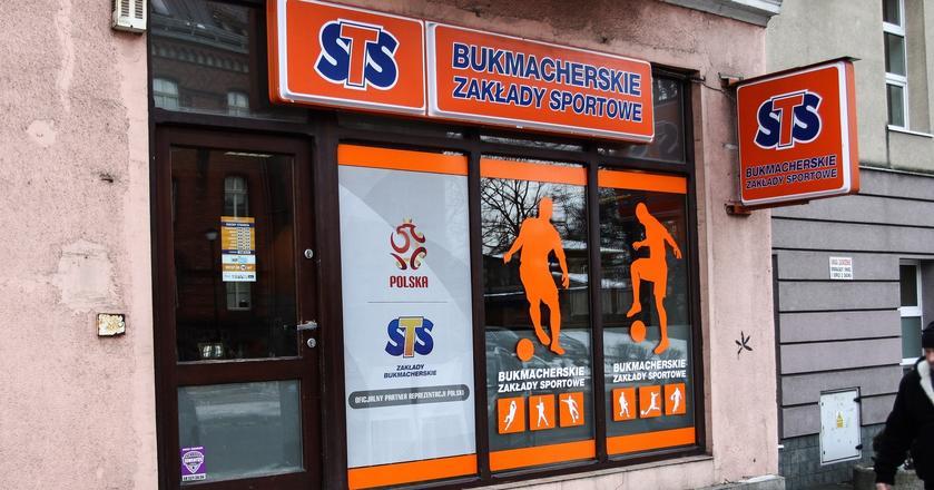 STS  ma 48 proc. udziałów w polskim rynku zakładów bukmacherskich. Na drugim miejscu jest czeska Fortuna (33 proc.). Zgodę Ministerstwa Finansów na przyjmowanie zakładów bukmacherskich w punktach naziemnych oraz w internecie ma sześć podmiotów