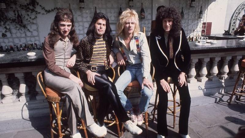 """Członkowie Queen odbierają Srebrną, Złotą oraz Platynową płytę za sprzedaż singla """"Bohemian Rhapsody"""" (fot. Getty Images)"""