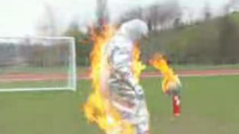 """Piłkarz """"Kanonierów"""" włożył na siebie ognioodporny kostium, po czym oblany benzyną i podpalony, zaczął niepowtarzalną żonglerkę"""