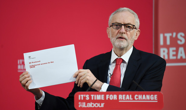 Corbyn przedstawił 27 listopada 451-stronicowy dokument, który został opublikowany w internecie 21 października. Miał on, jak przekonywał lider opozycji, dowodzić, że rząd Partii Konserwatywnej prowadzi tajne negocjacje z USA na temat dopuszczenia amerykańskich firm do publicznego systemu opieki zdrowotnej NHS.