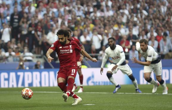 Mohamed Salah postiže pogodak sa bele tačke
