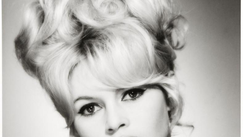 """Brigitte Bardot urodziła się w Paryżu 28 września 1934 roku, w zamożnej mieszczańskiej rodzinie. Jej ojciec był eks-pułkownikiem francuskiej armii, matka malowała i projektowała stroje. Trzynastoletnia Brigitte debiutowała w roli modelki. Pobiła rekord, pojawiając się ponad trzydzieści razy na okładce """"Elle"""". Na ekranie kinowym pojawiła się w 1952 roku w komedii """"Wioska w Normandii"""", potem grała między innymi w filmach: """"Manina, dziewczyna bez zasłon"""", """"Helena Trojańska"""". Sławę przyniosła jej jednak główna rola w filmie Rogera Vadima """"I """"Bóg stworzył kobietę"""" z 1956 roku"""