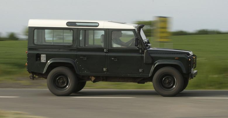 Land Rover Defender - mocne, wszechstronne auto. Oferowano trzy rozstawy osi, nadwozia mają 3 lub 5 drzwi, były też pikapy.