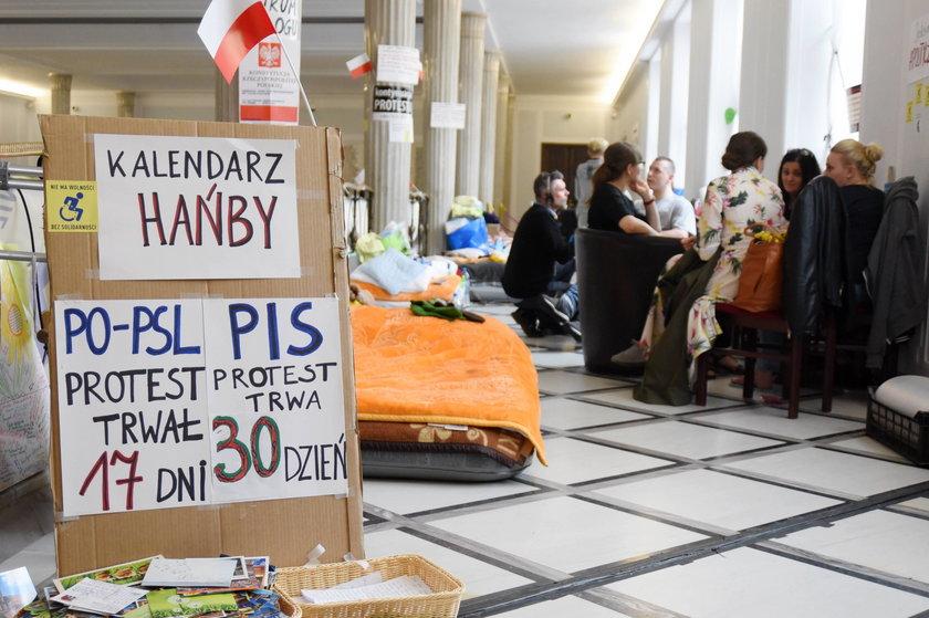 Kazali to zrobić protestującym w Sejmie!
