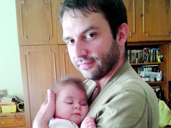 Dok je supruga Milica radila, tata Žile se brinuo o Petri i uživao sa njom