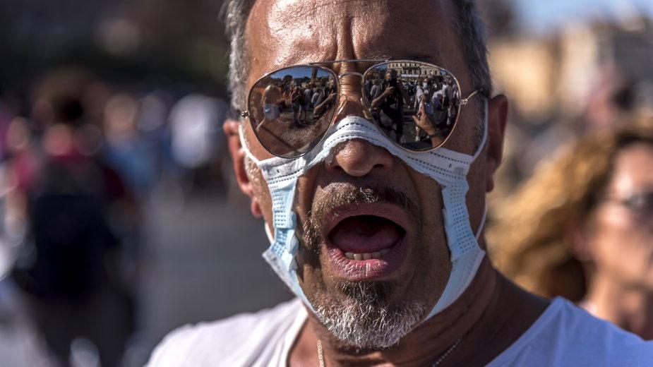 Uczestnik protestu antymaseczkowców w Rzymie, wrzesień 2020 r.
