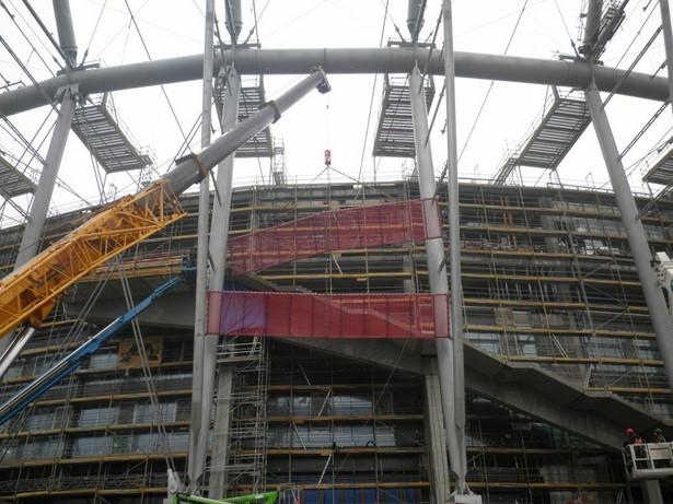 Budowa Stadionu Narodowego - rozpoczął się montaż fasady stadionu - luty 2011. (3) fot. materiały prasowe Narodowe Centrum Sportu