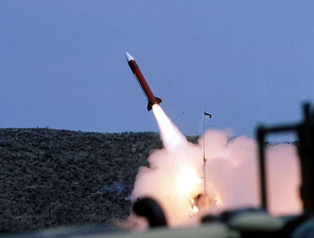 Pocisk Patriot wystrzelony z poligonu McGregor w pobliżu El Paso w Teksasie w ramach ćwiczeń Ruchome Piaski (Roving Sands), kwiecień 1997. Zdjęcie Departament Obrony US. Francja, Niemcy i Belgia zawetowały propozycje wyposażenia Turcji, członka NATO, w rakiety Patriot i samoloty AWACS do obrony przed ewentualnym atakiem Iraku, pogłębiając przepaść pomiędzy nimi i USA nad tym, jak radzić sobie z programami broni masowej Saddama Husajna. Bloomberg News