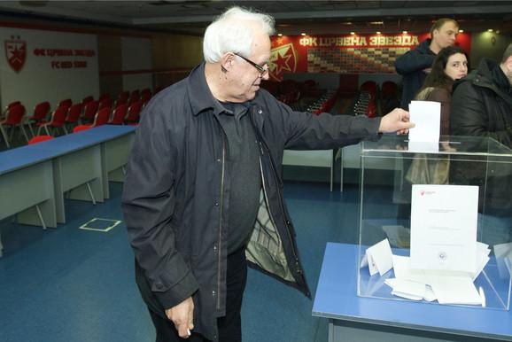 Božidar Cerović glasa na izborima crveno-belih