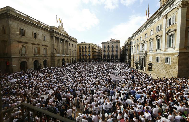Demonstracja przed ratuszem miejskim w Barcelonie