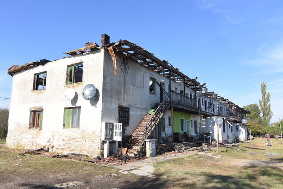 16 PORODICA OSTALO BEZ KROVA NAD GLAVOM Požar u kom je izgorela CELA ZGRADA U BAČU izazvan iz nehata, stihiju pokrenula SVEĆA