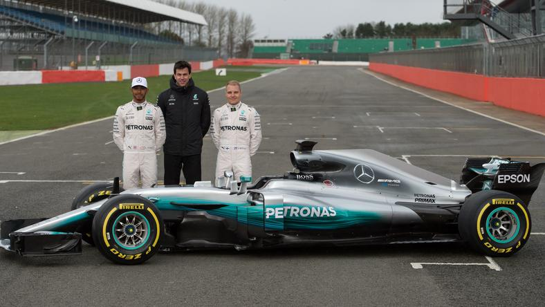 Lewis Hamilton (L), Toto Wolff i Valtteri Bottas