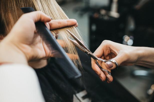 Fryzjerzy, barberzy i manikiurzystki od 4 maja będą mogli ubiegać się o zwolnienie ze składek za kwiecień oraz postojowe.