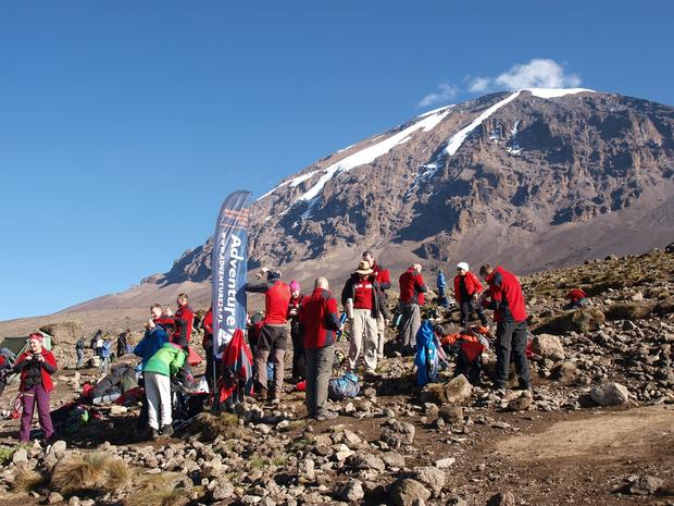 Wyjście do ostatniego obozu przed atakiem, w tle główny wierzchołek Kilimandżaro