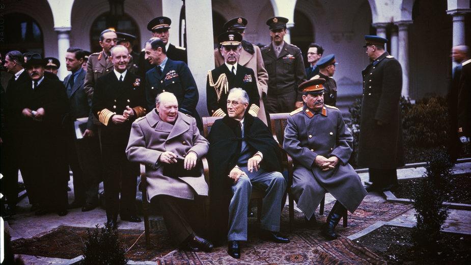 Churchill, Roosevelt i Stalin w trakcie konferencji jałtańskiej (domena publiczna)