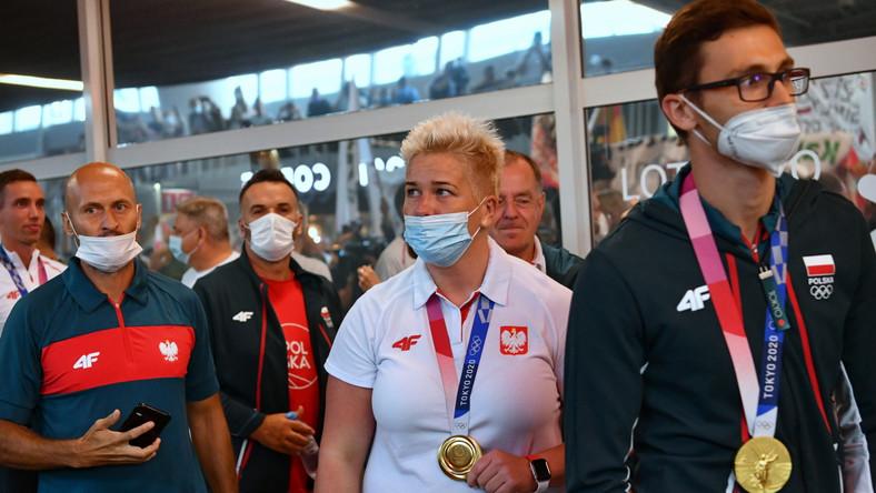 Złota medalistka w rzucie młotem Anita Włodarczyk podczas powitania na lotnisku w Warszawie