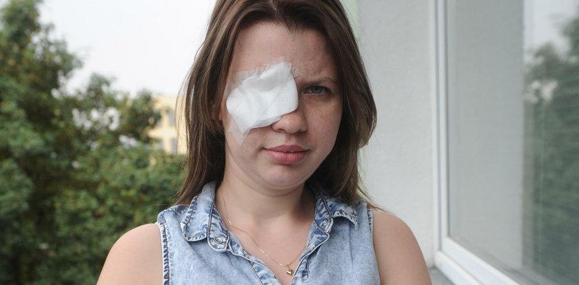 Przez niego straciła oko. Bandyta popłakał się przed sądem