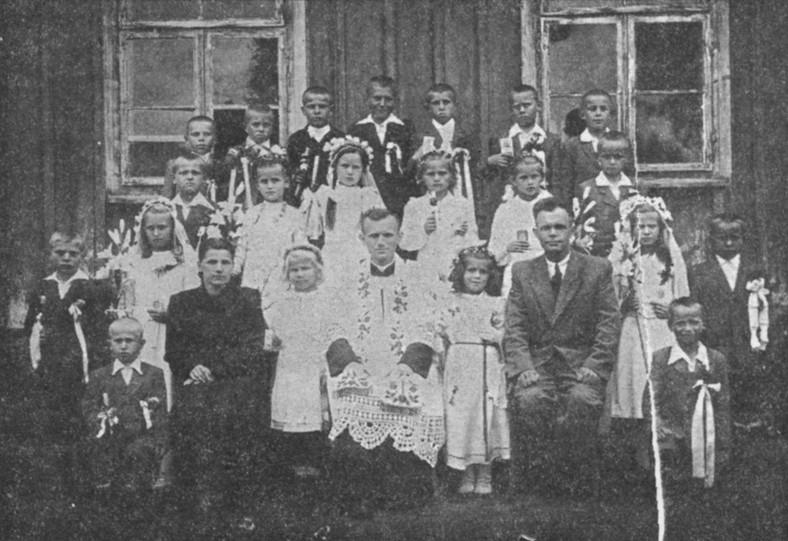 Karol Wojtyła jako wikary w Niegowici. źródło public domain.