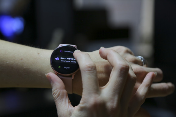 Samsung Galaxy Watch Active 2 ima rotirajući okvir smešten na tačskrinu
