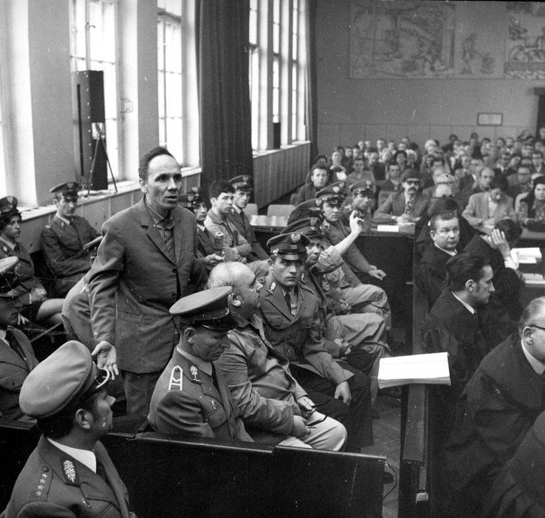 Katowice, marzec 1975 roku. Proces Zdzisława Marchwickiego - Wampira z Zagłębia. Nz. brat Zdzisława Marchwickiego , Jan Marchwicki (drugi od lewej), Józef Klimczak (piąty od lewej), Zdzisław Marchwicki (stoi).