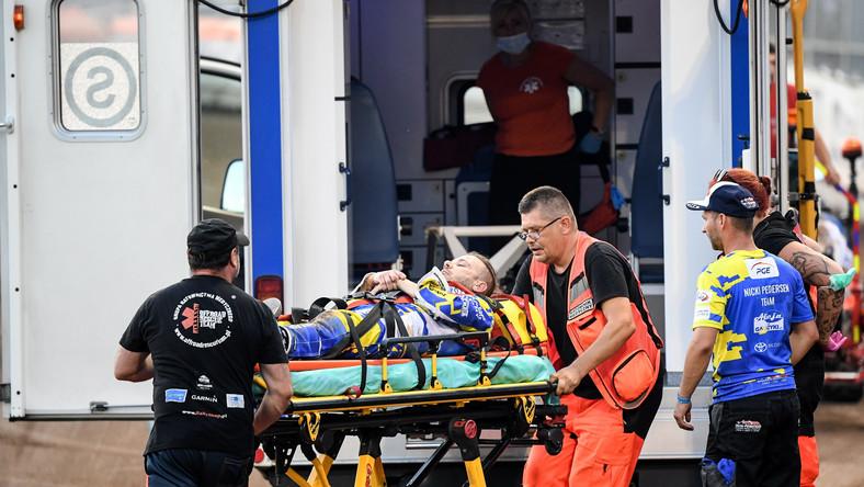 Nicki Pedersen z ZooLeszcz DPV Logistic GKM Grudziądz opuszcza tor na noszkach po upadku podczas meczu żużlowej Ekstraligi z eWinner Apator Toruń