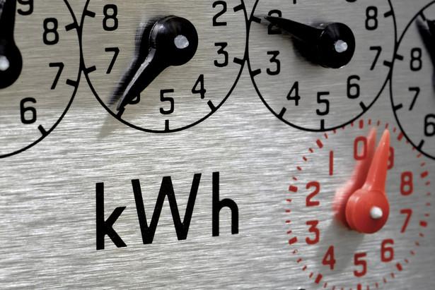 Polska energetyka ma pomysł na zarabianie dużych pieniędzy. Wystarczy, że złapie klienta – czyli podłączy go do sieci i wstawi mu licznik, a pieniądze zaczynają płynąć szerokim strumieniem.