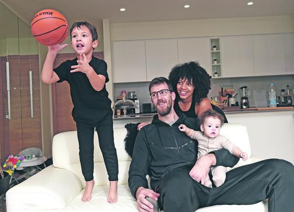 Ognjen Kuzmić sa porodicom