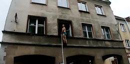 Dramat na olsztyńskiej starówce. Półnagi mężczyzna uciekał przez okno