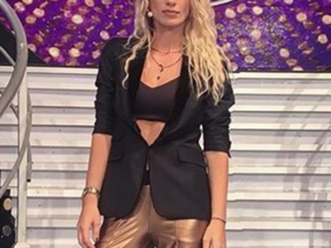 Svi su ODLEPILI za Instagram fotkom srpske pevačice: Dovoljno je da pogledate PANTALONE i sve će vam biti jasno