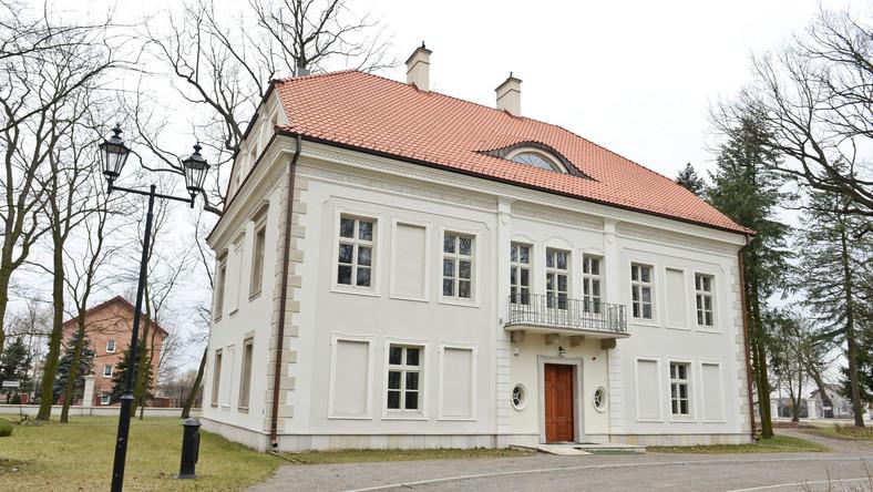 Zespół Pałacowo – Parkowy w Chrzęsnem jest najstarszym zabytkiem powiatu wołomińskiego. Prace nad jego renowacją trwały od 2008 roku.