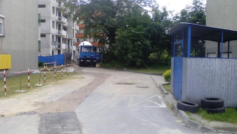 Droga dojazdowa do nowych bloków prowadzi przez wąską osiedlową uliczkę
