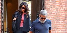 Żona George'a Clooneya pokazała nogi...