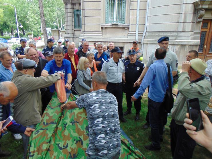 NIS01 Komunalna policija onemogucila postavljanje satora pred gradskom kucom u kojoj je sediste gradonacelnika foto Branko Janackovic