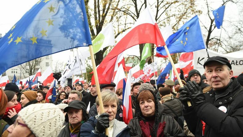 """Marsz rozpoczęło przemówienie b. prezydenta Bronisława Komorowskiego. """"Jesteśmy narodem doświadczonym w sposób szczególny przez historię, bo dwukrotnie musieliśmy odzyskiwać suwerenność, niepodległość"""" - mówił do zgromadzonych na pl. Narutowicza."""